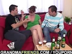 Two guys enjoy fucking hot old...